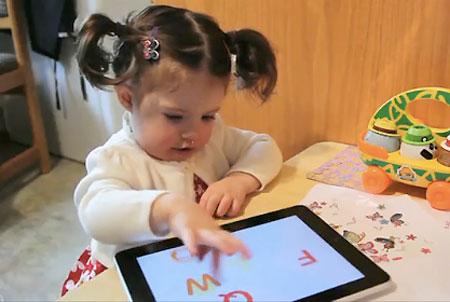 Criança brincado com iPad
