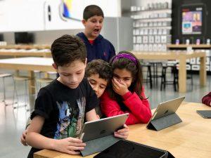 Crianças com autismo em evento na Apple Brasil, em SP.
